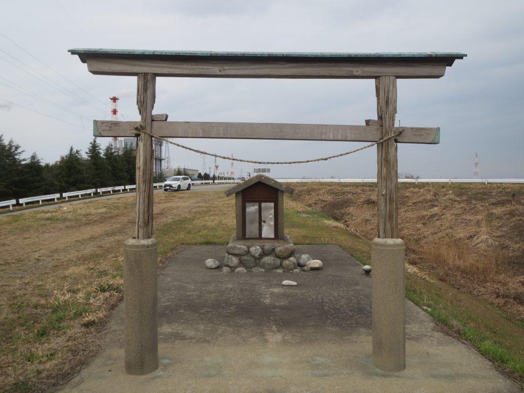 水神(高岡市庄川第三樋管堤防上)
