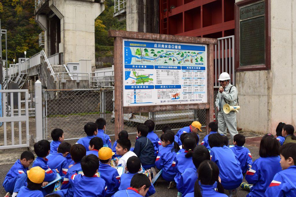 小学校児童が庄川の役割を学ぶ
